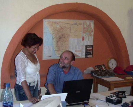 Olgalidia Jiménez discutiendo con Peter Arndt del Clay House Project