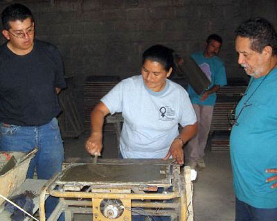 Producción local de materiales de construcción: tejas de MicroConcreto